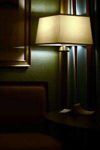 przygaszone światło w pokoju