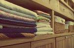 ubrania w drewnianej szafie